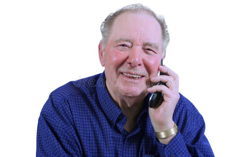 Hombre mayor que usa el teléfono celular foto de archivo