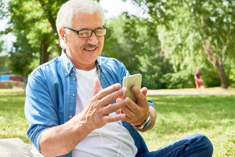 Hombre mayor que usa smartphone fotografía de archivo libre de regalías