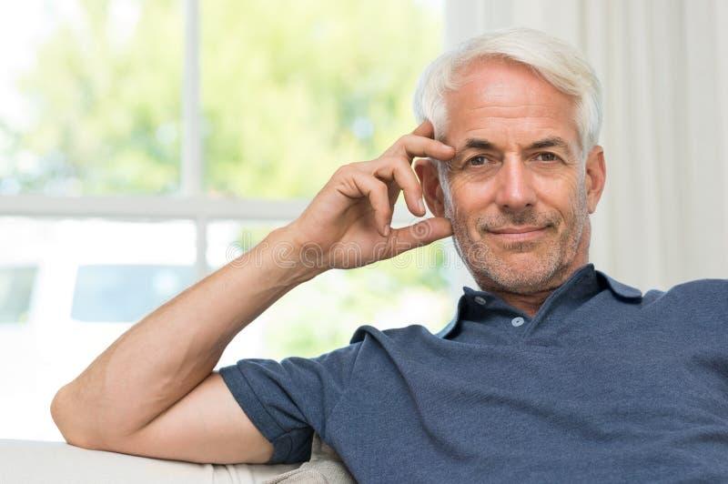 Hombre mayor satisfecho foto de archivo