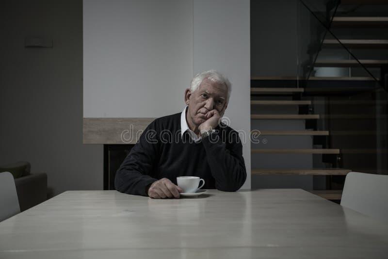 Hombre mayor triste fotografía de archivo libre de regalías