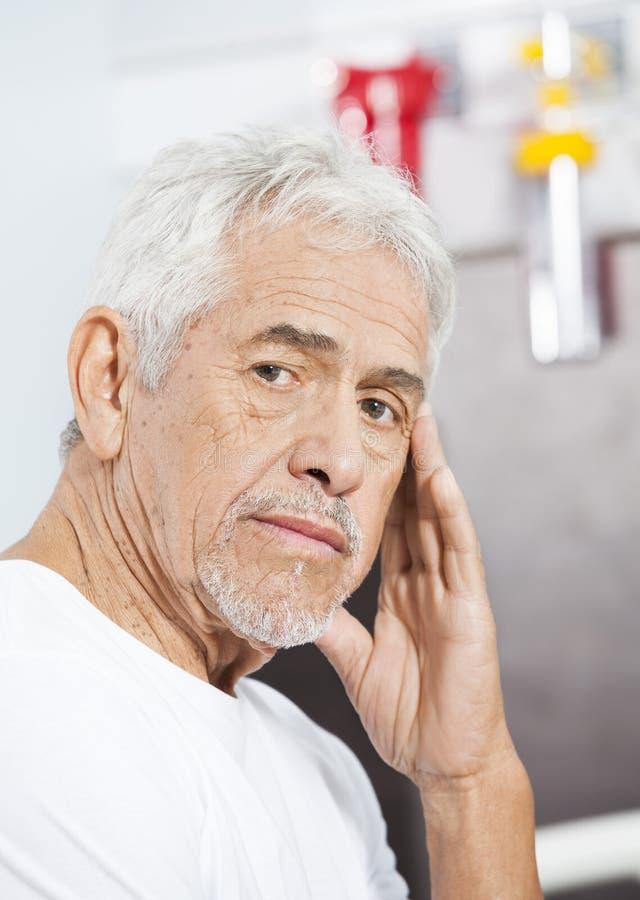 Hombre mayor triste en el centro de rehabilitación foto de archivo