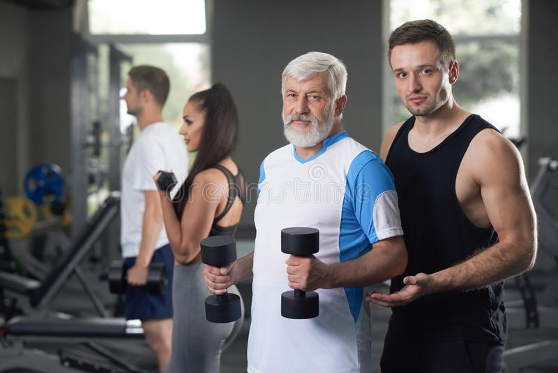 Hombre mayor y atleta serio que miran la cámara imagen de archivo