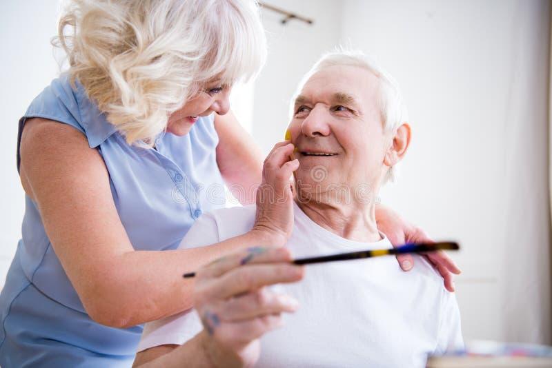 Hombre mayor y mujer felices en taller del arte fotos de archivo