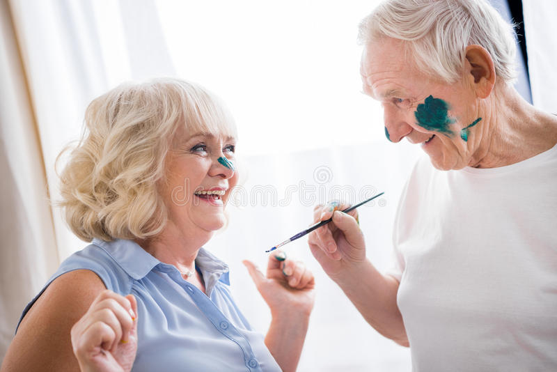 Hombre mayor y mujer felices en taller del arte imágenes de archivo libres de regalías