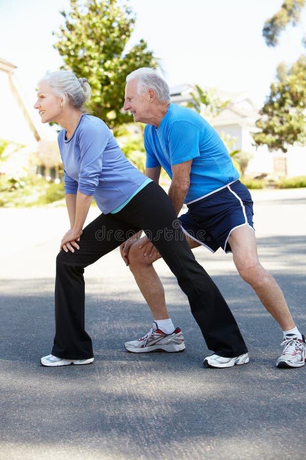 Hombre mayor y mujer más joven que activan foto de archivo