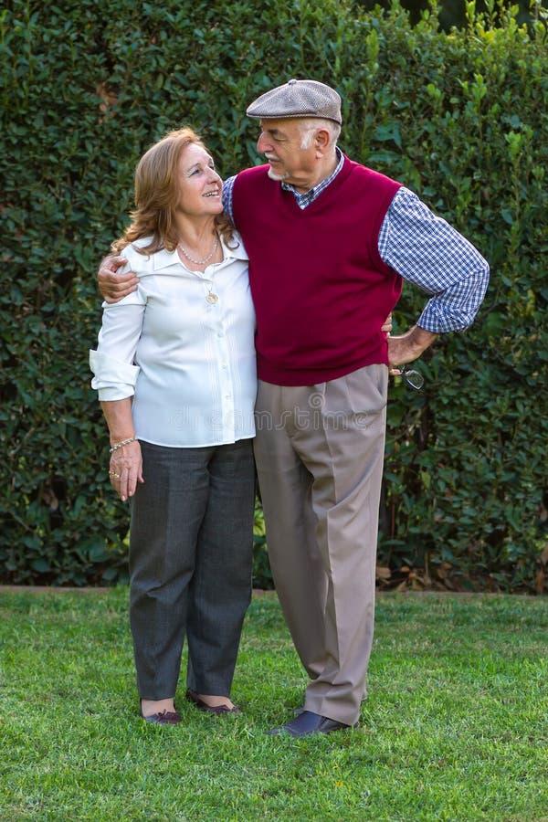 Hombre mayor y mujer mayor que hacen un autorretrato imagen de archivo