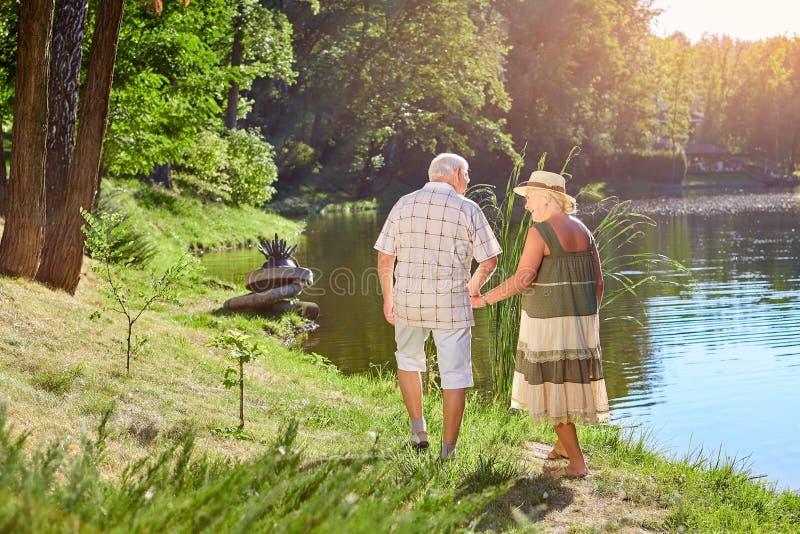 Hombre mayor y mujer, naturaleza imagen de archivo