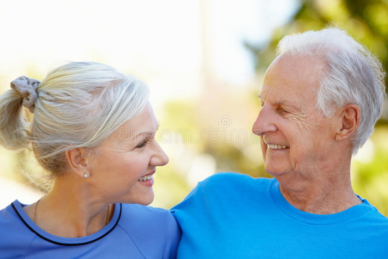 Hombre mayor y una mujer más joven al aire libre fotografía de archivo