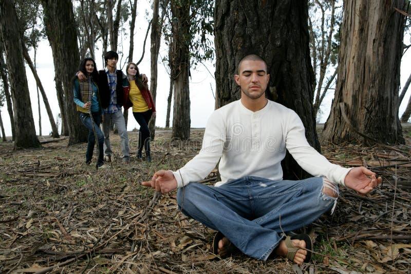 Hombre meditating en bosque fotos de archivo