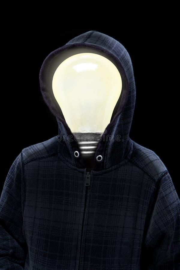 Hombre misterioso en sudadera con capucha con la bombilla en su cabeza foto de archivo libre de regalías