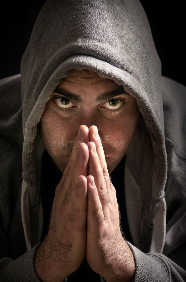 Hombre misterioso en una sudadera con capucha fotos de archivo