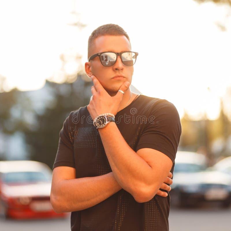 Hombre modelo joven hermoso de moda con el peinado en sunglasse fotos de archivo