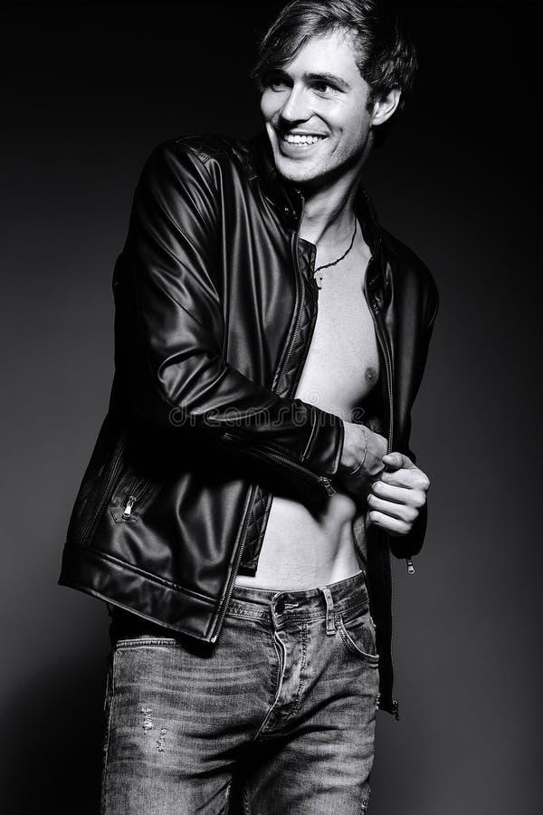 Hombre modelo masculino del ajuste musculoso hermoso en cuero imagenes de archivo