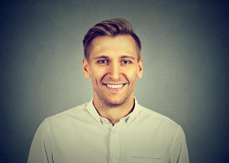 Hombre moderno sonriente del Headshot, profesional fotos de archivo libres de regalías