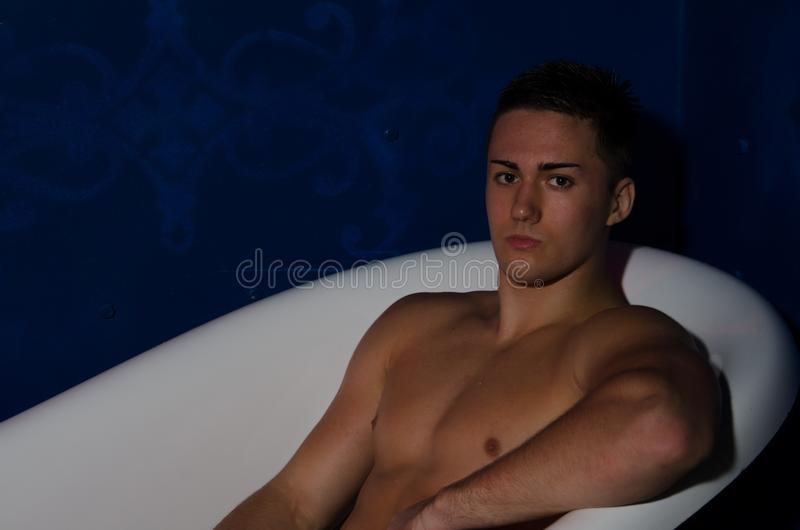 Hombre mojado atractivo en baño foto de archivo libre de regalías