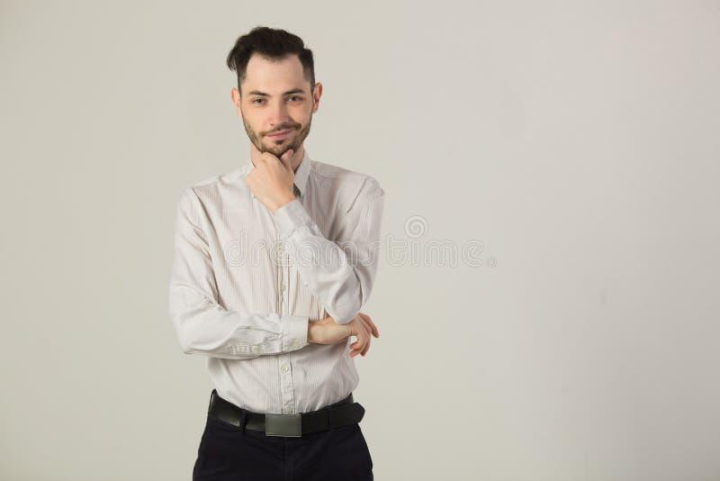 Hombre moreno joven en la camisa blanca foto de archivo