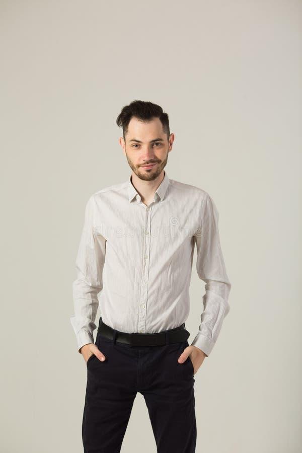 Hombre moreno joven en la camisa blanca imagen de archivo libre de regalías