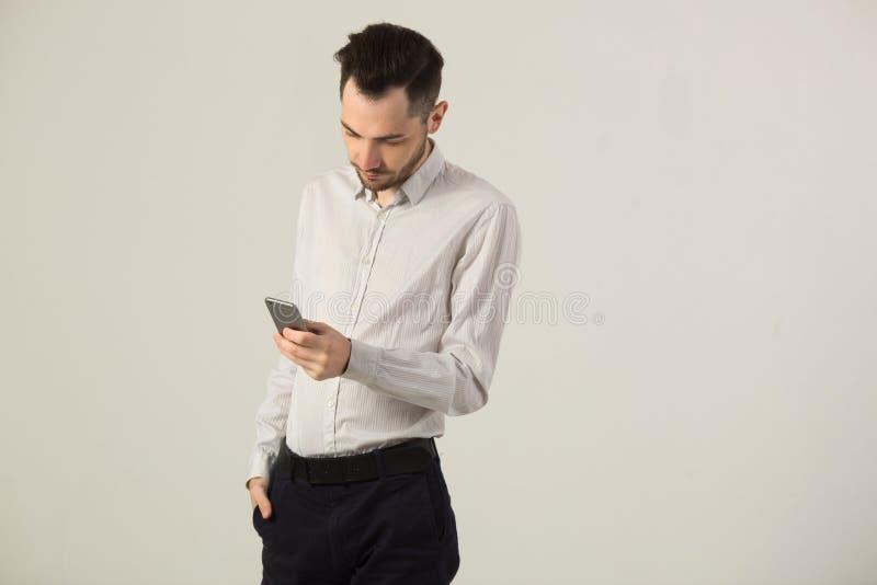 Hombre moreno joven en la camisa blanca fotografía de archivo libre de regalías