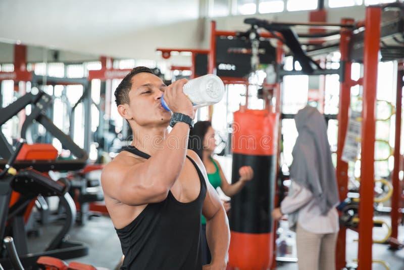 Hombre muscular asiático sano sediento imagen de archivo libre de regalías