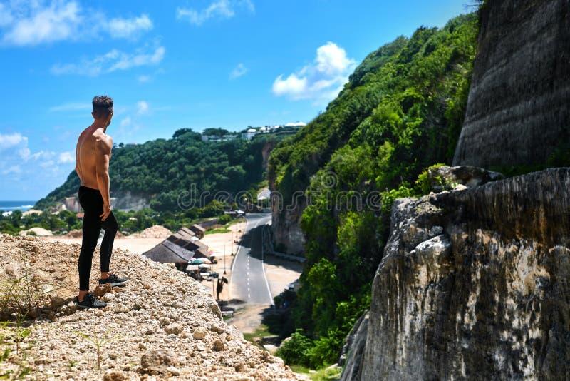 Hombre muscular atlético del caminante en la colina en verano Deporte al aire libre fotos de archivo libres de regalías