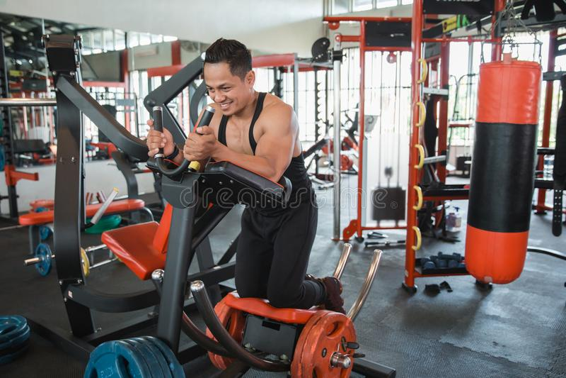 Hombre muscular atlético que hace ejercicio del ABS imágenes de archivo libres de regalías