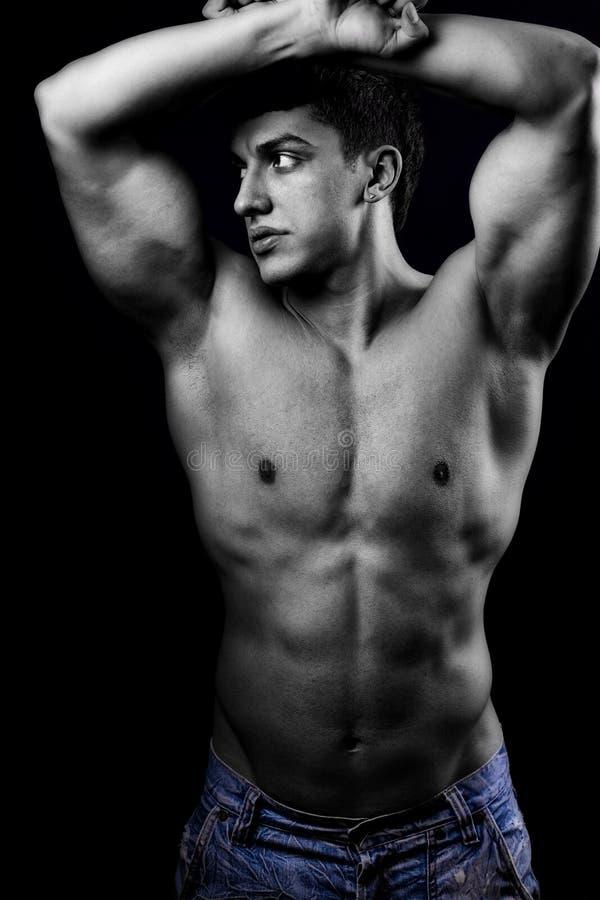 Hombre muscular atractivo con la carrocería sana fotografía de archivo