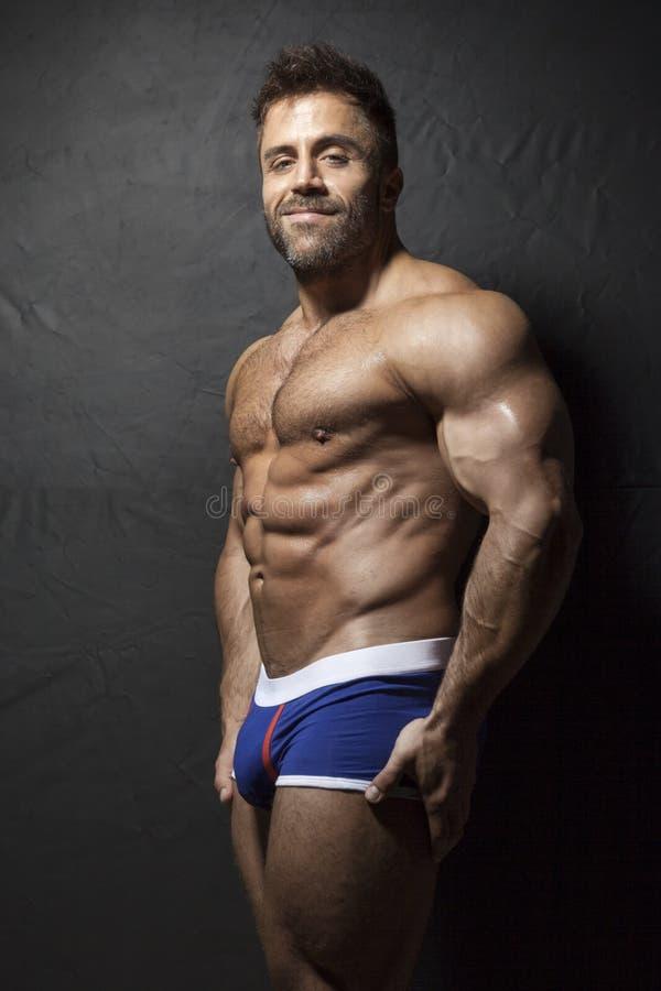 Hombre muscular barbudo imagenes de archivo
