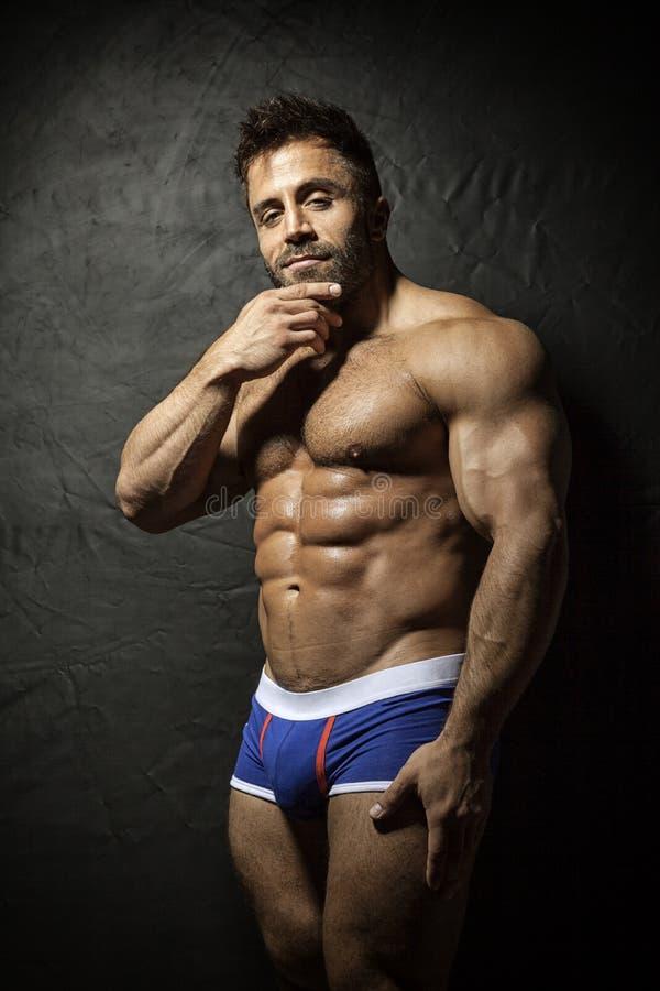 Hombre muscular barbudo fotografía de archivo libre de regalías