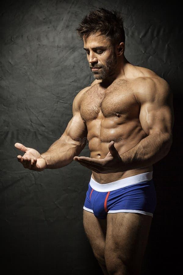 Hombre muscular barbudo imagen de archivo