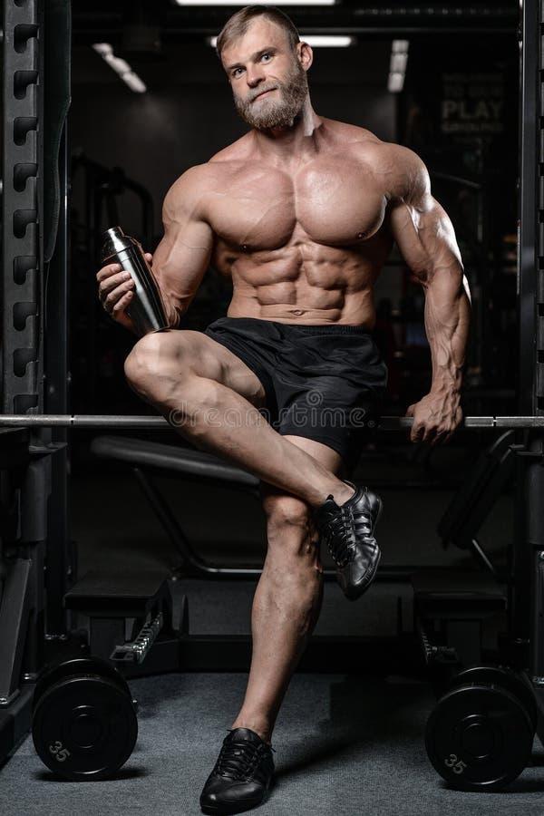 Hombre muscular brutal con atención sanitaria sin afeitar del modelo de la aptitud de la barba imagen de archivo