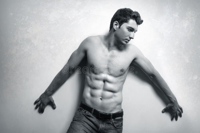 Hombre muscular con ABS atractivo fotografía de archivo libre de regalías