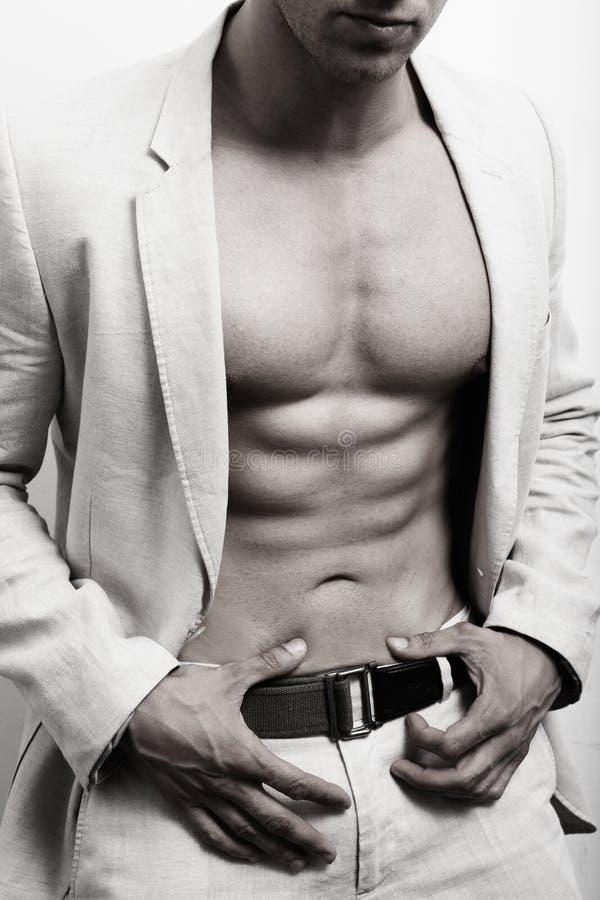 Hombre muscular con ABS y el juego atractivos fotografía de archivo