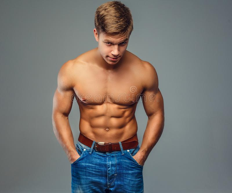 Hombre muscular con el torso desnudo imágenes de archivo libres de regalías