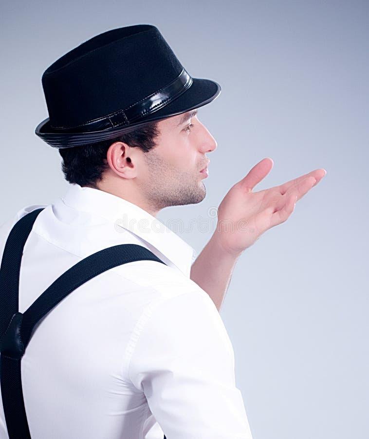 Hombre muscular de moda con el sombrero imagen de archivo libre de regalías