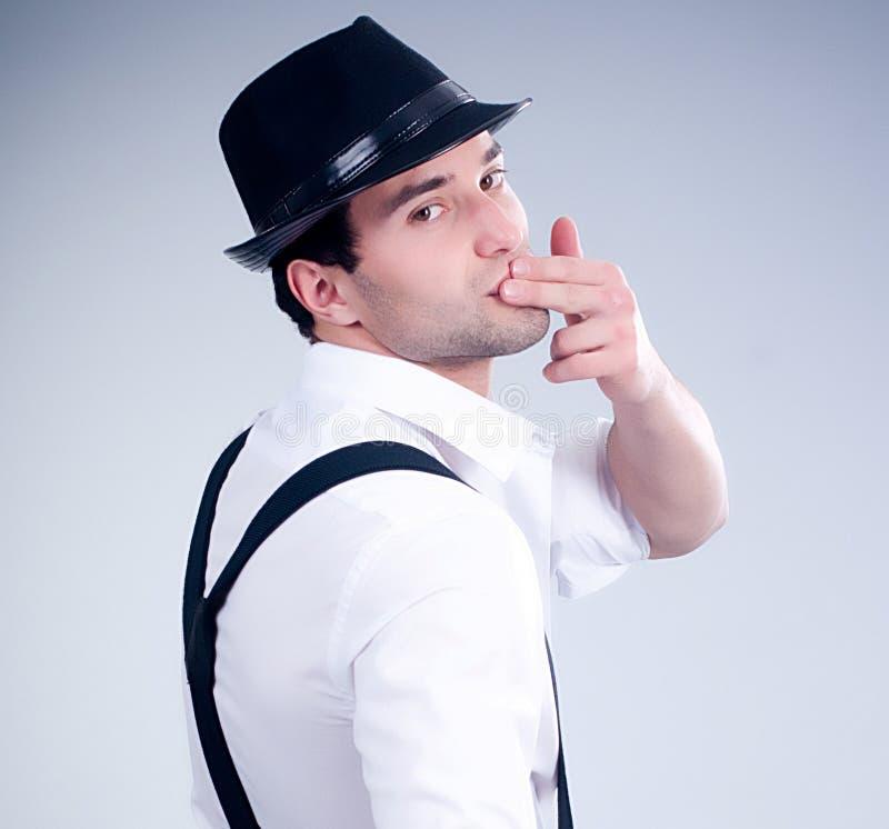 Hombre muscular de moda con el sombrero fotos de archivo libres de regalías