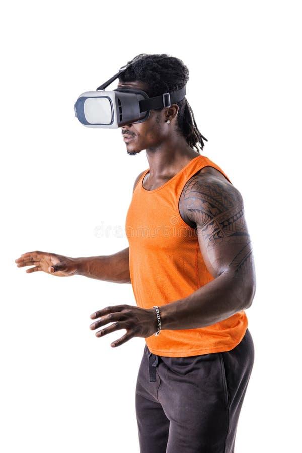 Hombre muscular en auriculares de VR imagenes de archivo