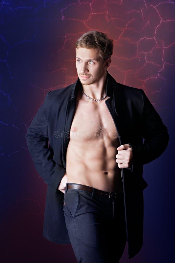 Download Hombre Muscular En Una Capa Imagen de archivo - Imagen de aptitud, modelo: 42440095