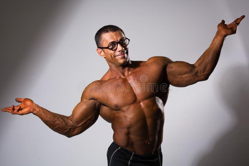 Hombre muscular feliz con un torso desnudo y vidrios divertidos imágenes de archivo libres de regalías