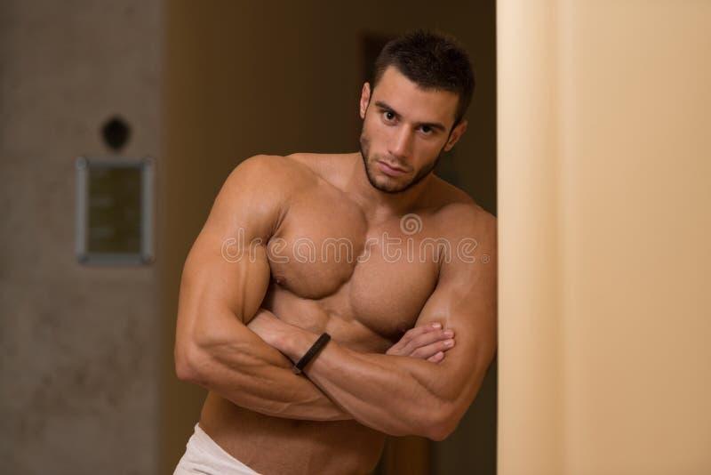 Hombre muscular hermoso después del baño foto de archivo