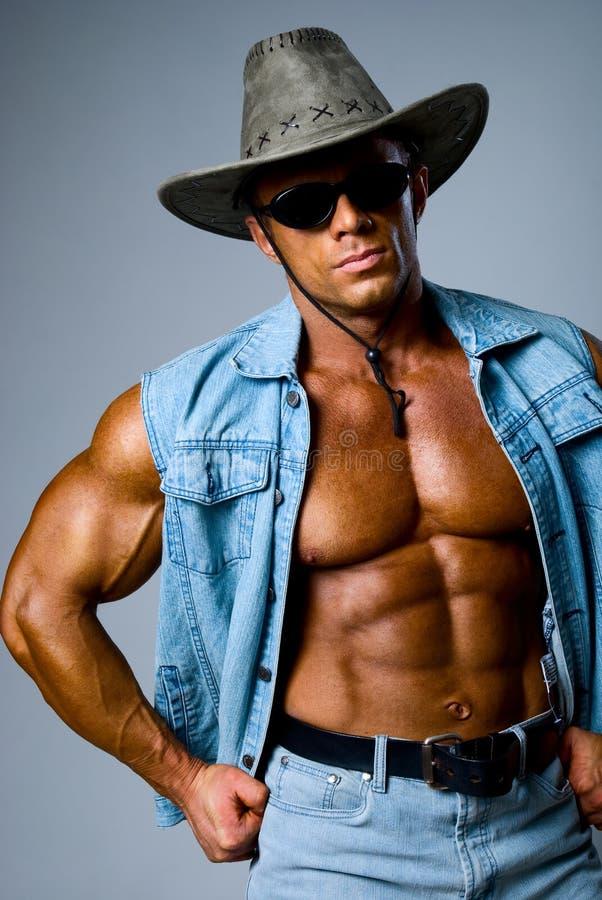 Hombre muscular hermoso en un sombrero de vaquero imagen de archivo libre de regalías