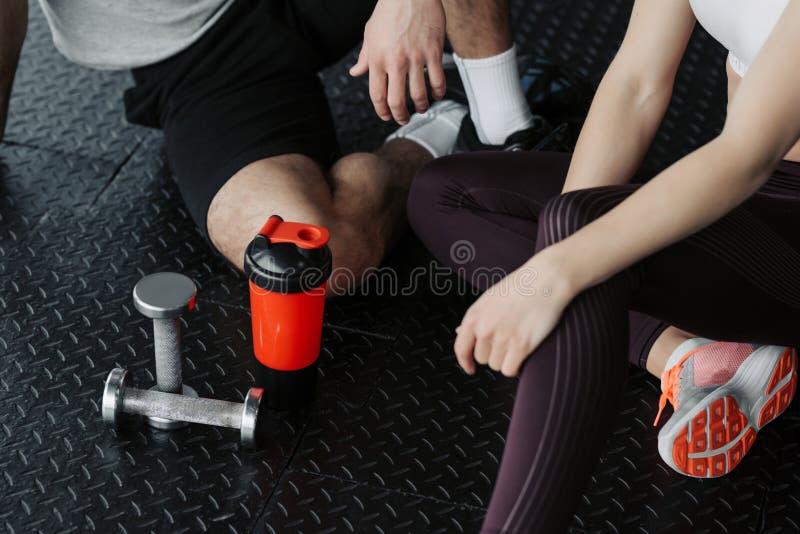 Hombre muscular hermoso que se resuelve con pesas de gimnasia en el gimnasio imágenes de archivo libres de regalías