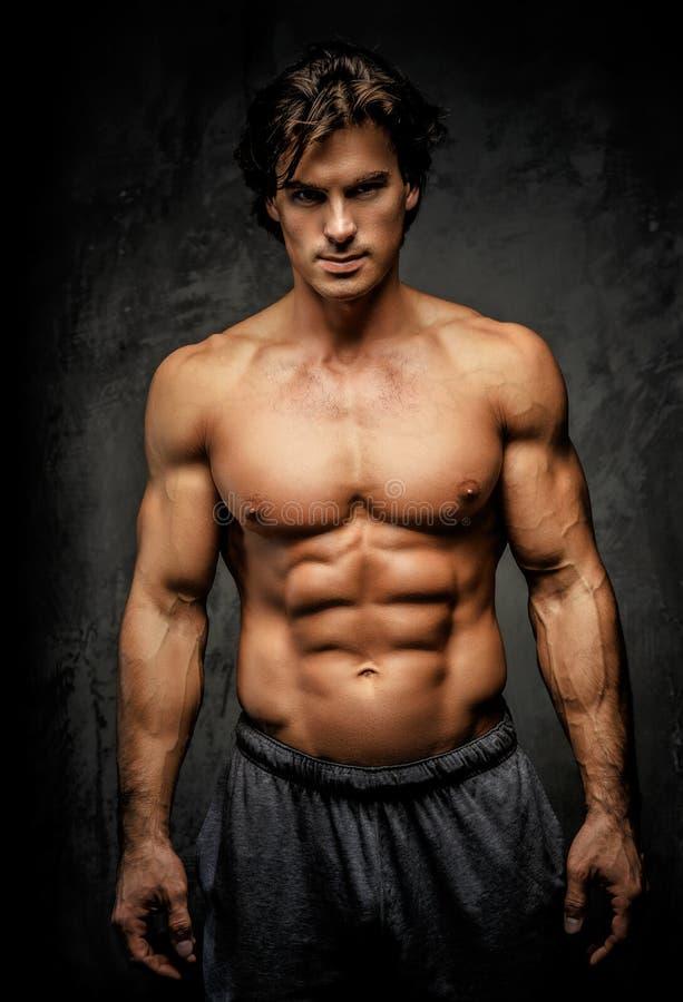 Hombre muscular impresionante con el gran cuerpo fotografía de archivo libre de regalías