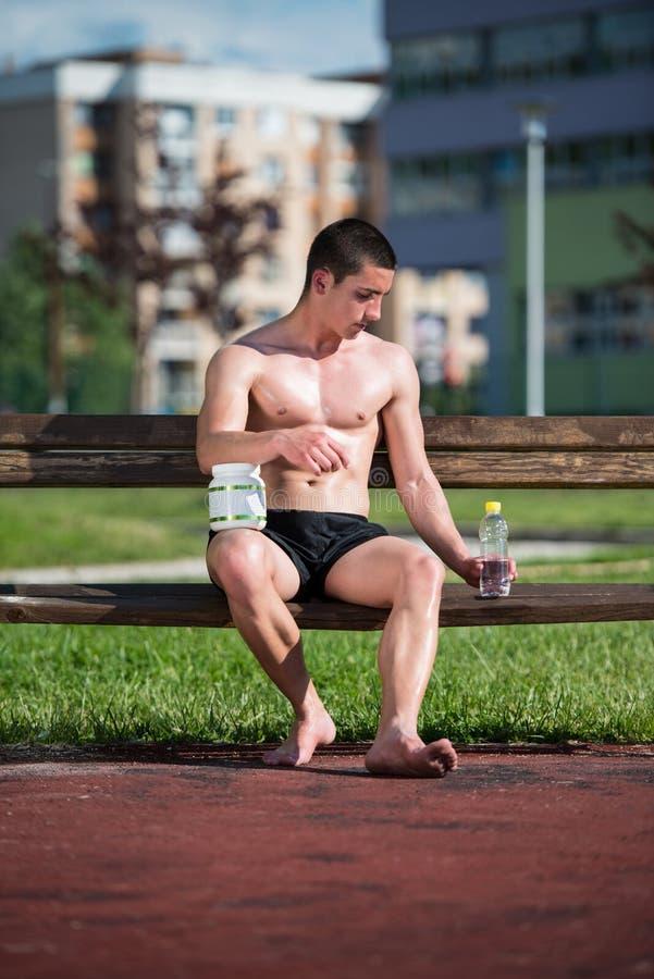 Download Hombre Muscular Joven Que Bebe Una Botella De Agua Imagen de archivo - Imagen de alimento, lifestyle: 42434615