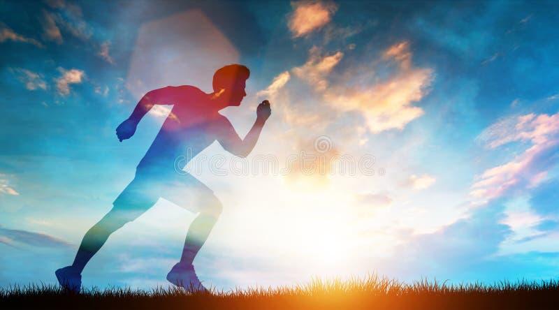 Hombre muscular que corre rápidamente en el prado en una puesta del sol foto de archivo libre de regalías