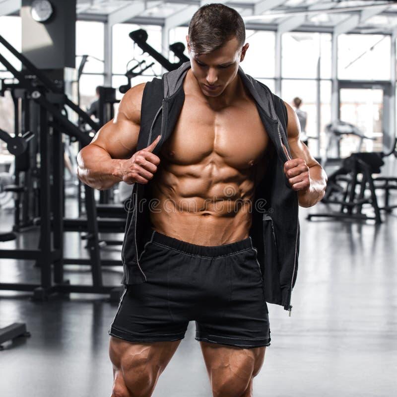 Hombre muscular que se resuelve en el gimnasio, ABS desnudo masculino fuerte del torso imágenes de archivo libres de regalías
