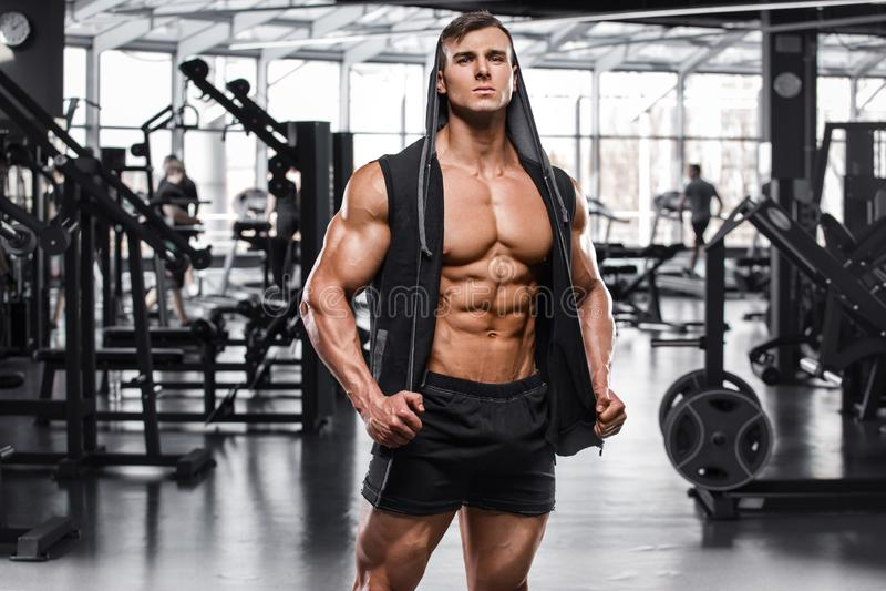 Hombre muscular que se resuelve en el gimnasio, ABS desnudo masculino fuerte del torso fotos de archivo libres de regalías
