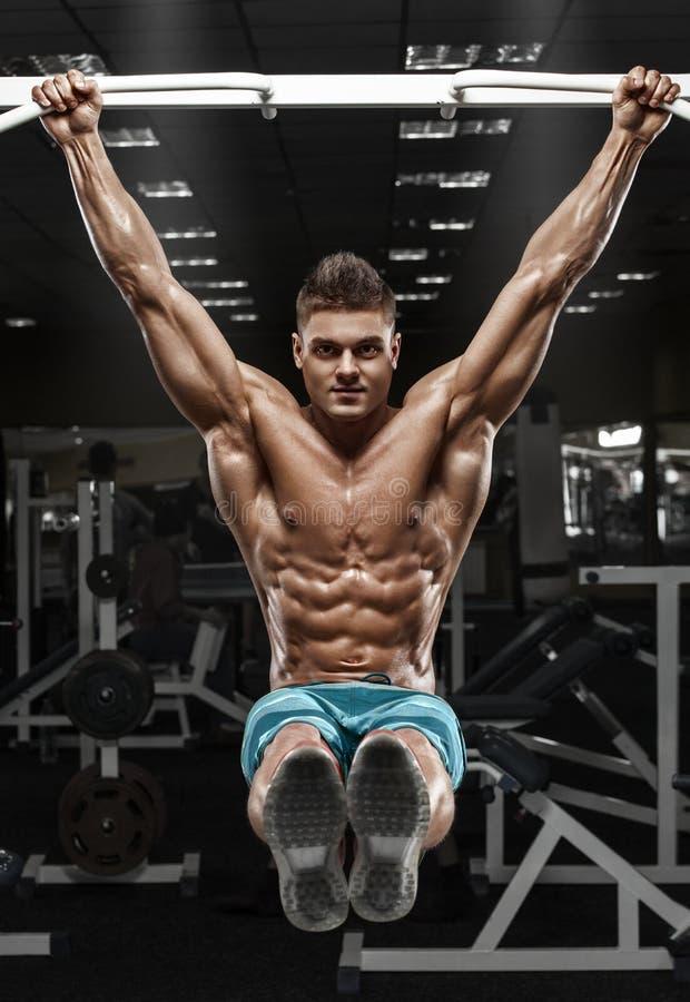 Hombre muscular que se resuelve en el gimnasio haciendo - Fotografia desnudo masculino ...