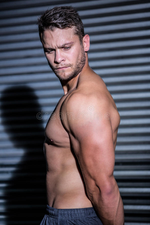 Hombre muscular serio fotografía de archivo