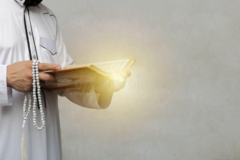 Hombre musulmán que lee un Quran Había una luz de la esperanza y de la fe foto de archivo libre de regalías