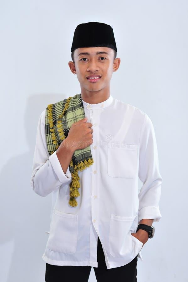Hombre musulmán religioso asiático de sonrisa de Indonesia en usted imagenes de archivo